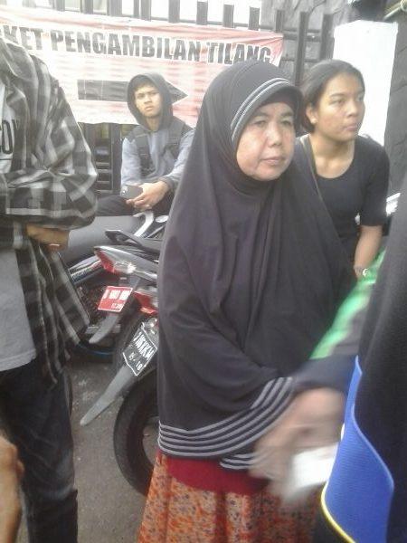 Seorang Ibu lanjut Usia yang antri dari pagi di Pengadilan Negeri Bekasi