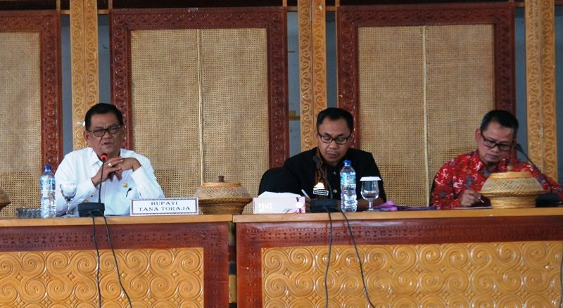 Bupati Tana Toraja, Nicodemus Biringkanae, Kepala Bappeda Yunus Sirante, dan Provincial Coordinator USAID PRIORITAS Jamaruddin. (Dari kiri ke kanan)