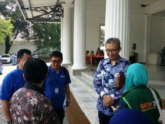 Dirut Transjakarta Budi Kaliwono (batik biru) di Balai Kota Jakarta