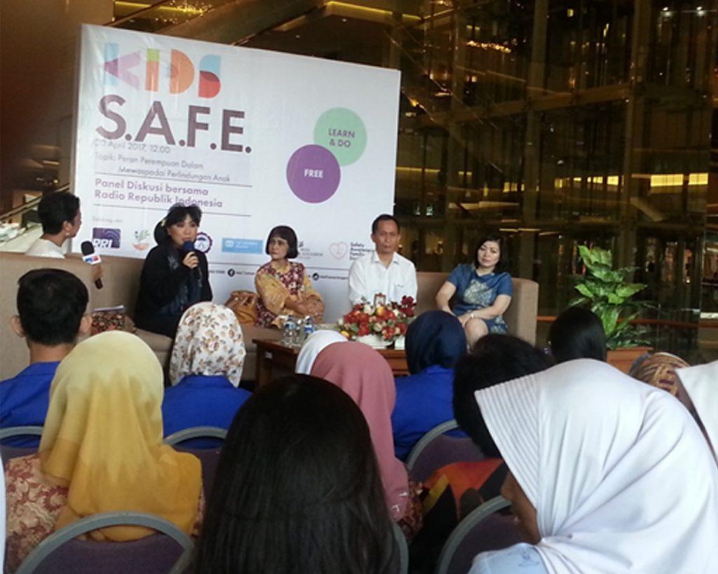 Dari kiri ke kanan. Anne Avantie(Fasion Designer, Tika Bisono (psykolog dan pemerhati perempuan), Nahar ( Direktorat rehabilitasi sosial anak kemensos, Elfira