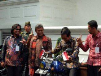 Presiden Jokowi mencoba motor pustaka milik Sugeng Hariyono asal Lampung Selatan (Lamsel),