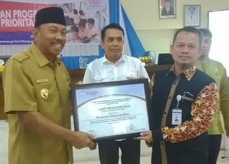 Wakil Bupati Kabupaten Bone, Ambo Dalle menerima sertifikat penghargaan daerah Mitra USAID PRIORITAS