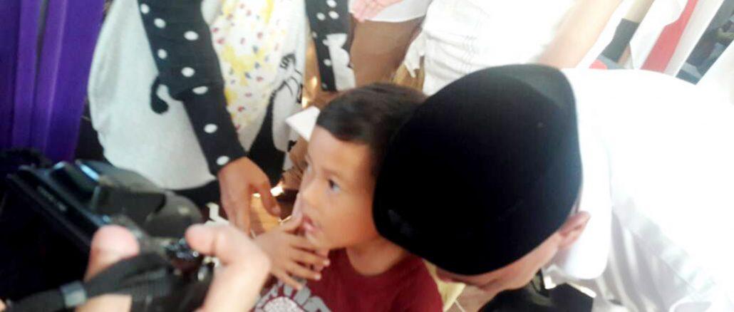 H. Darussalam Mencium Anak Yatim Saat Memberi Santunan