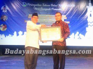 Prof DR KH. Ahmad Satori Ismail,  Ketua IKADI (kiri) menerima Plakat dari Ketua Umum Yayasan Rahmatan Lil Alamin, Erin Hendrian. SH. dalam acara Peluncuran Program Rumah Sehat Yatim Dhuafa, Jakarta (28/10)
