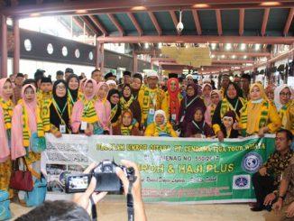 Jamaah Umrah Centig Tour Wisata berfoto bersama sebelum keberangkatan, Sabtu (28/4)