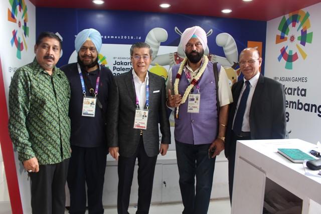 berdiri dari kiri ke kanan, Farid Singh, Singh Randhir, Offisial, Rana Gurmit Singh Sodhi dan Sukhdev Singh