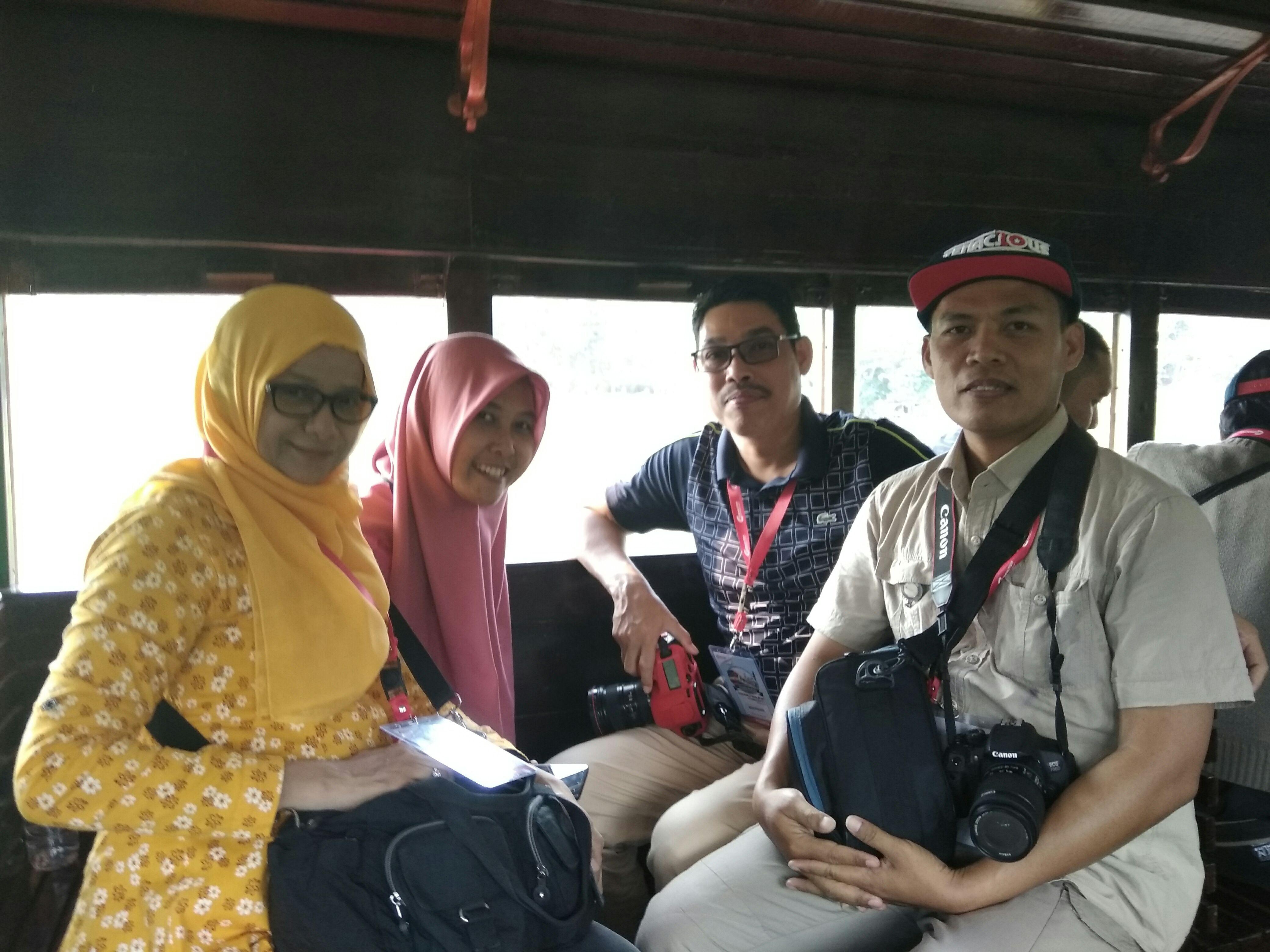 Duduk bersama VP Layanan PT KCI, Mega Rusiandi (berkacamata) di atas kereta uap, Ambarawa, Rabu (22/10/2018).