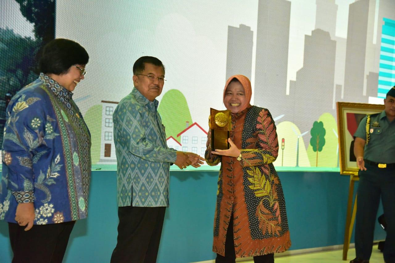 Wali Kota Surabaya Tri Rismaharini Raih Penghargaan Raih Penghargaan Green Leadership