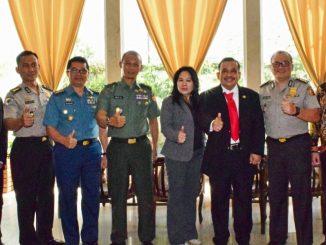 Ket foto: Kadislitbang TNI AD Brigjen TNI Mulyo Aji, MA mewakili Kasad, Karo Multi Media Brigjen Pol Drs Budi Setiawan, MM mewakili Kapolri, Kolonel Lek Hargianto mewakili Pangarmabar 2