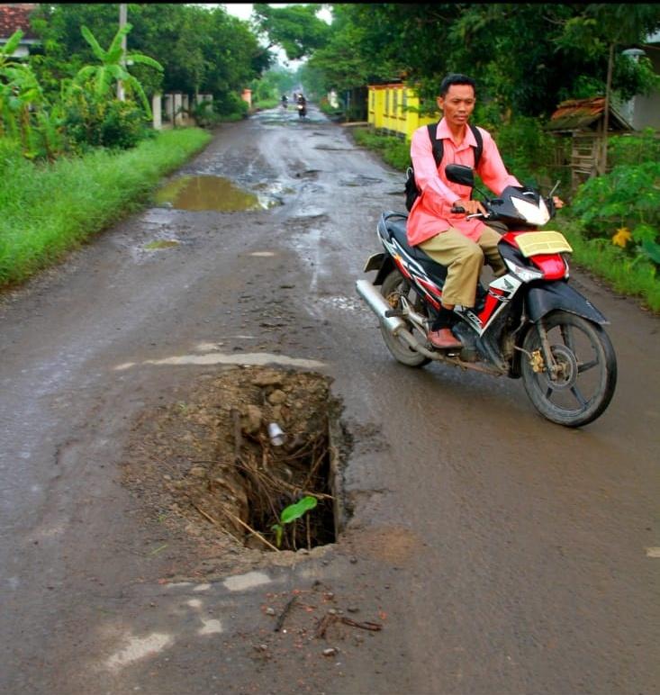 Lobang yang menganga yang membahayakan jiwa para pengguna jalan (FOTO/Mus)