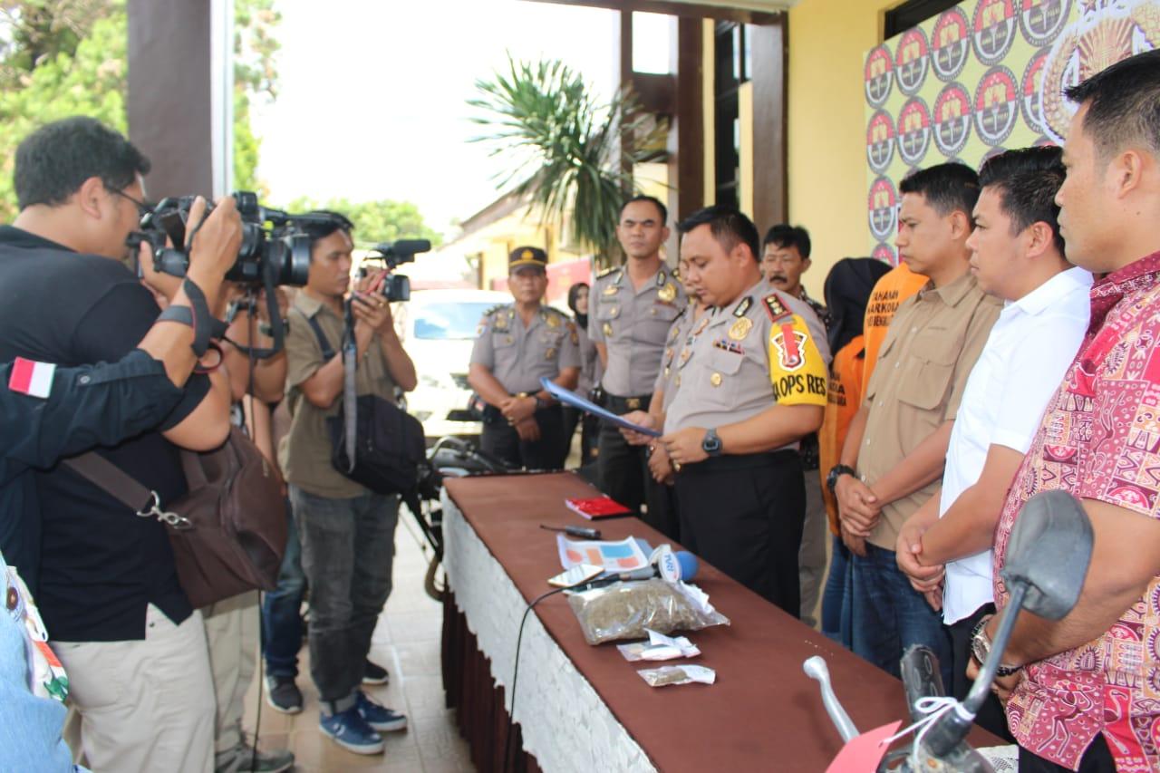 Konsumsi Narkoba Sepasang Kekasih Ditangkap Oleh Polres Bengkulu Utara Image 2019-02-09 at 17.00.43