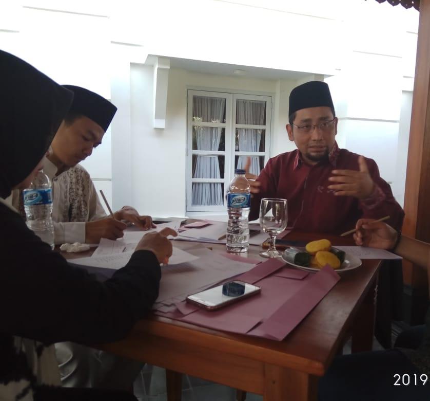 Habbiburahman El Shirazy atau Kang Ebik Sebagai juri Lomba Baca Puisi Religi di Santri Festival 2019 di Serang, Banten, Sabtu (23/3/2019)