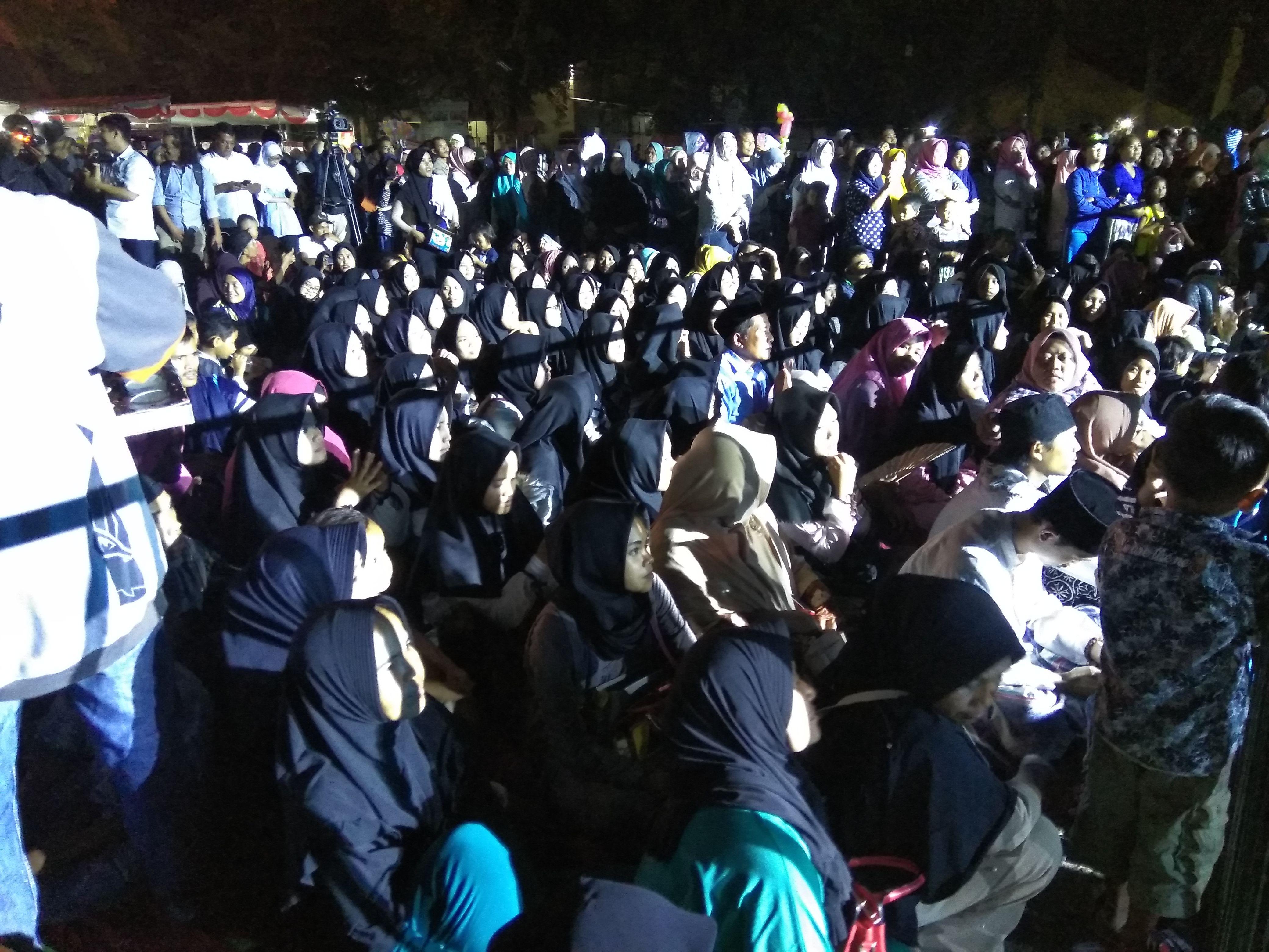 Santri dan warga Serang memadati Halaman Stadion Maulana Yusuf, Ciceri, Serang, Banten, Sabtu (23/3/2019)