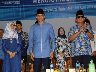 Agus Harimurti Yudhoyono (AHY) diapit oleh Anis Khairunnisa (kiri) dan Syaykh Panji Gumilang dalam Sebuah Acara Peringatan Isra Mi'raj di Kampus Al-Zaytun,  Indramayu,  Jawa Barat, Rabu (3/4)