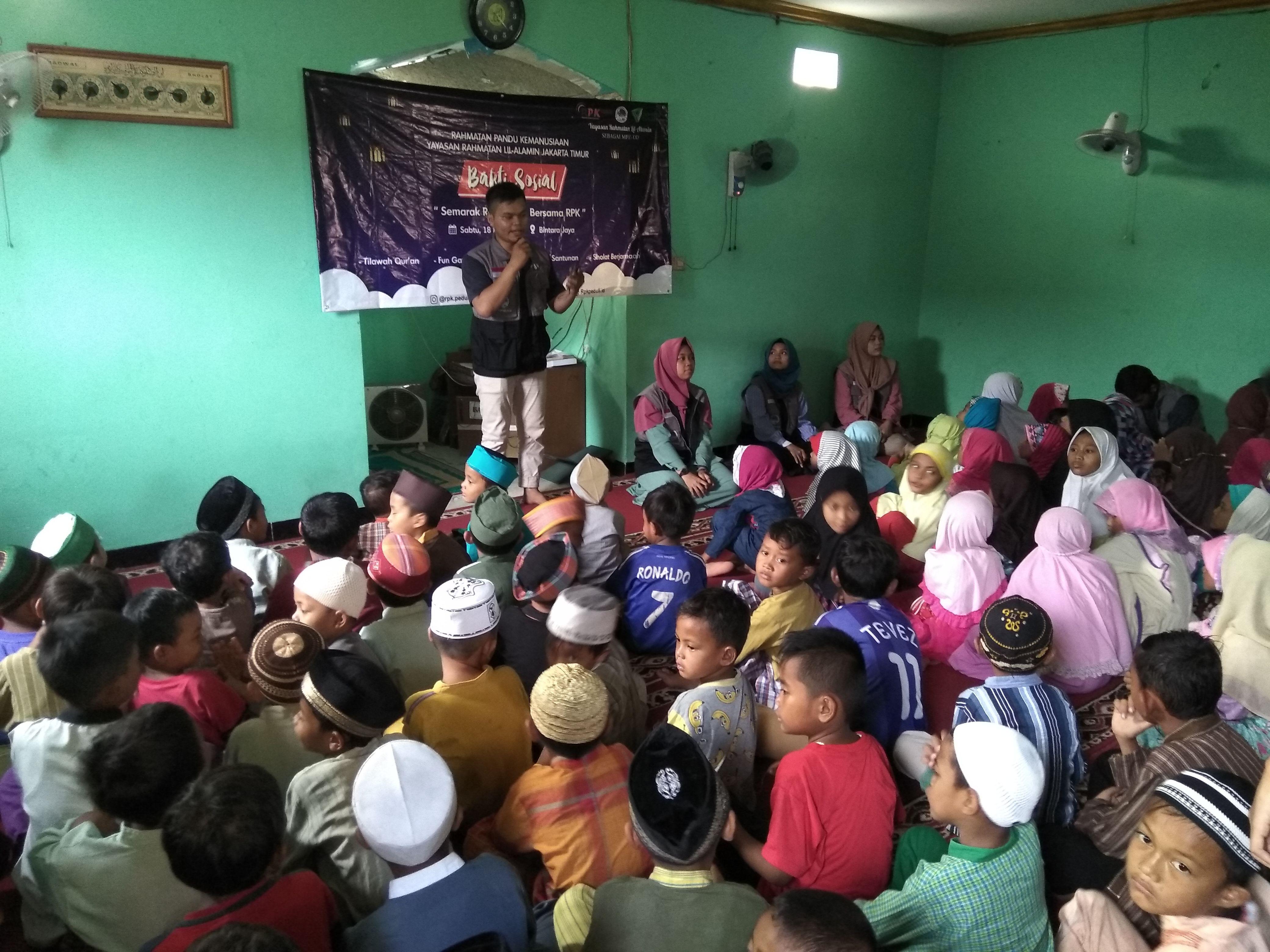 Dimas dkk dari RPK tengah menghibur anak-anak di Musolah At Taubah Bintara Jaya, Sabtu (18/5)