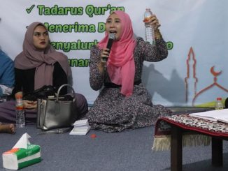 Aktifis Perempuan Werdhi Sutisari saat memberikan sosialisasi hukum kepada anak-anak yatim dan dhuafa, Jakarta, Jumat (21/6)