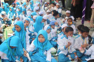 Adik-adik yatim binaan Mabi Foundation sedang menikmati acara santunan.