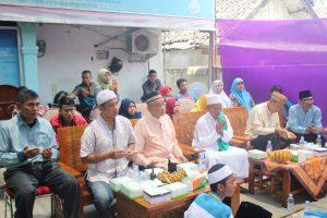 Para tokoh masyarakat dan donatur sedang berdoa yang dipimpin oleh Ust. M. Nasir dipenghujung acara.