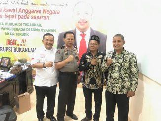 Ketua BPI KPNPA RI Rahmad Sukendar (kiri) dan Karo Multi Media Div Humas Polri Brigjen Pol Drs H Budi Setiyawan serta tokoh masyarakat.