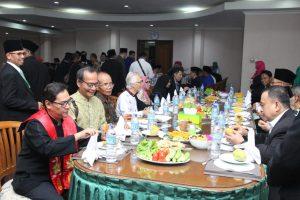 Para tamu undangan dari berbagai daerah, tokoh masyarakat serta tokoh lintas agama sedang menikmati hidangan makan siang di resto wisma tamu Al-Islah. Duduk bersama penuh kedamaian.