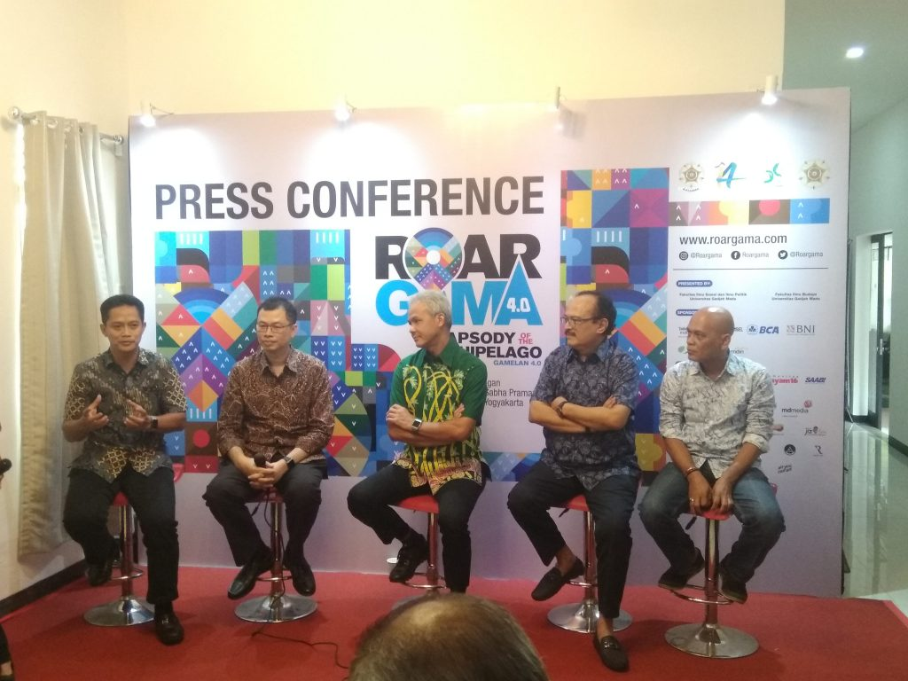 Gubernur Jawa Tengah Ganjar Pranowo (batik hijau) hadir dalam konferensi pers Roar Gama 4.0 di Rumah Kagama, Jakarta, Rabu (27/11).