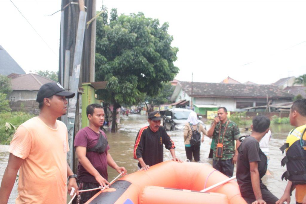 Edi (tengah) Sekel Jakasampurna Ikut membantu korban banjir di wilayahnya