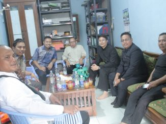 Obrolan santai Lurah Kayuringin dengan pengurus PAC LDII di kantor PC LDII Kayuringin, Bekasi Selatan.