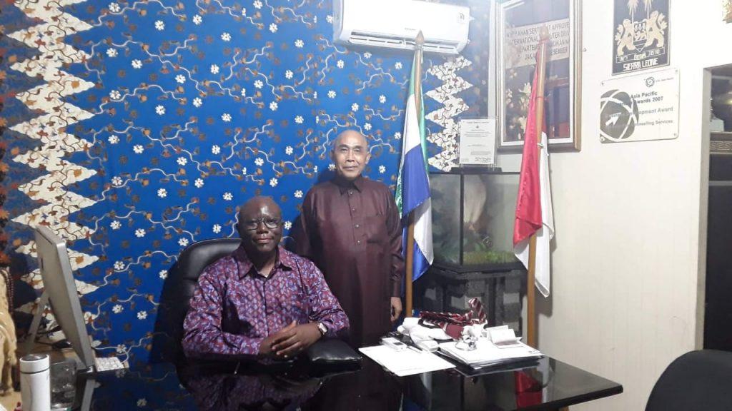 Duta Besar Negara Sierra leone bersama DR.Datuk Agung Sidayu,MBA (berdiri) sebagai Konsul Kehormatan Negara Sierra Leone di Indonesia. Foto :istimewa