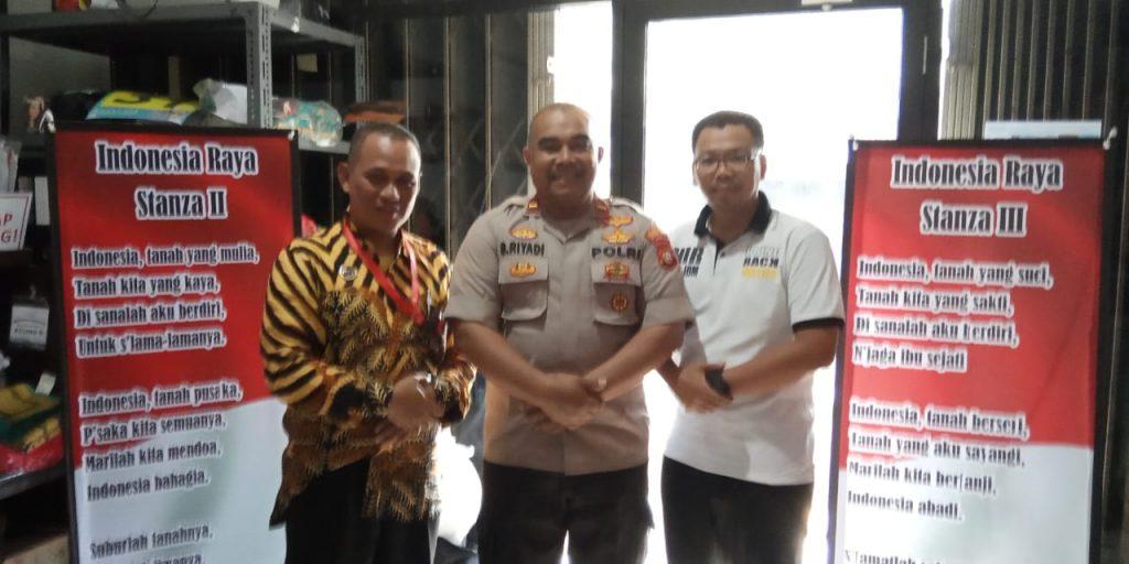 Ketua Umum Yayasan Rindang Indonesia M Adhie Pamungkas SH (kanan) bersama Kapolsubsektor Jatibening Ipda Slamet Riyadi. Foto : Sastra