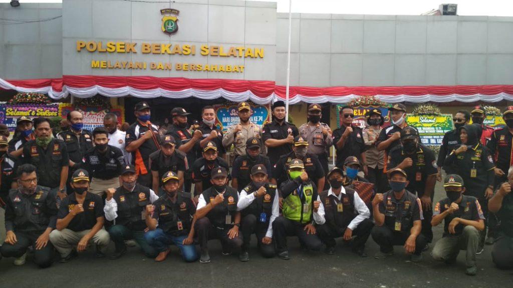 Jajaran Polsek Bekasi Selatan dan Mitranya berfoto bersama. Foto : Sumarno.