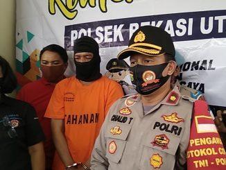 Kapolsek Bekasi Utara Kompol Chaled Thayib memberi keterangan pers kasus Curas di Harapan Baru, Kamis (9/7/2020). Foto : Hat/B3