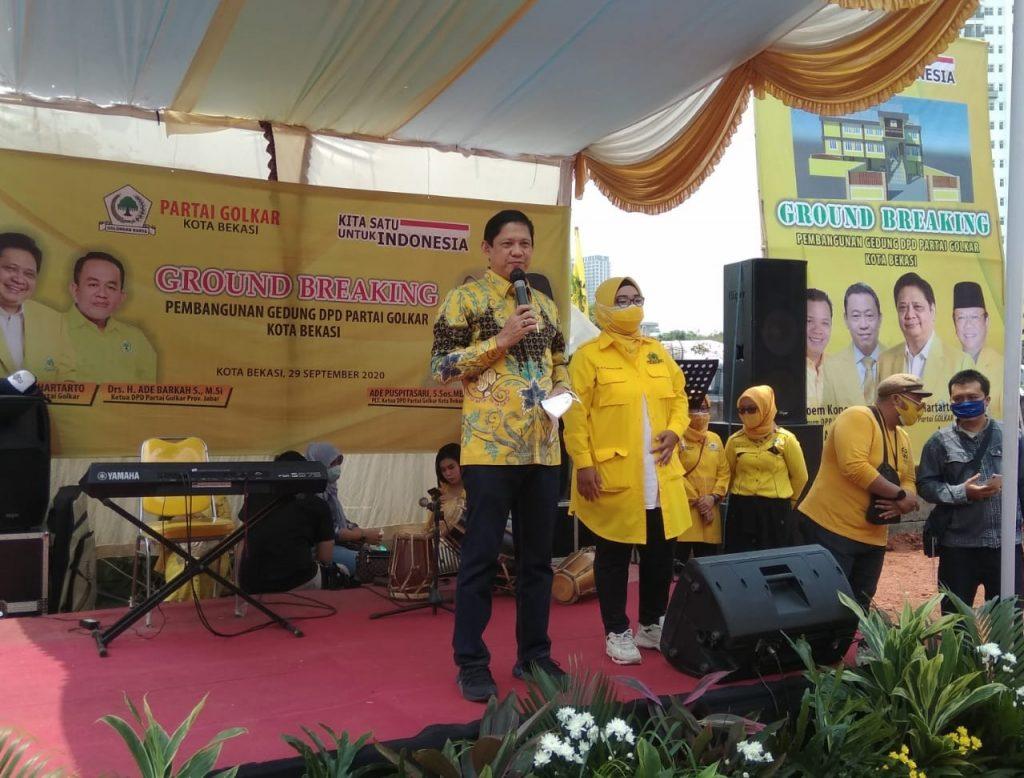 Plt Ketua DPD Partai Golkar Kota Bekasi Ade Puspitasari (kanan) bersama Ketua Bapilu DPP Partai Golkar Iswara. Foto :hatta