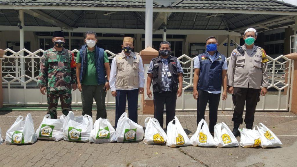 H Irfangi berfoto bersama dengan awak media dan aparat Babinsa dan Bimaspol Kayuringin Jaya. Foto : Hat.