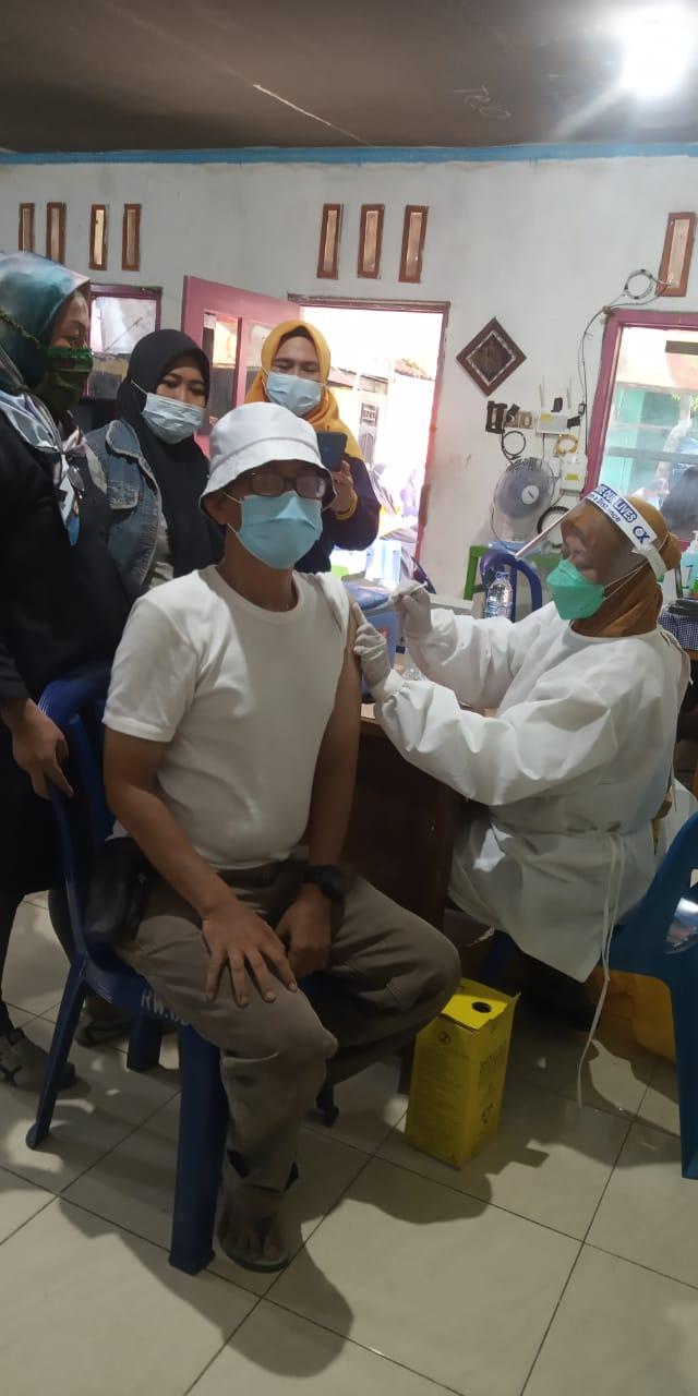 ketua Rt 010 sedang di vaksin untuk berikan contoh kepada warga