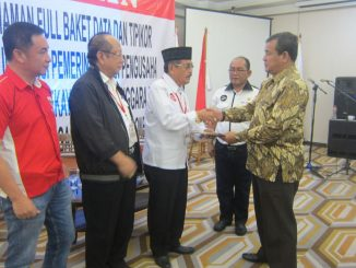 DR,H.Brigjen Bambang Usadi,SH.MH saat mengukuhkan Pengurus BPI KPNPA RI, Provinsi Sulawesi Tenggara