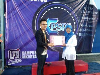 Maman Dermawan, S.Kom serahkan Sumbangan secara simbolis kepada pengurus Yayasan Mufakat Al-Banna Indonesia, Yuli Agustina, S.E