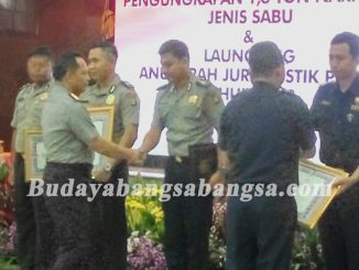 Penghargaan Satgas Gabungan Polri dan Bea Cukai menangkap kapal ikan berbendera Singapura KM 61870 MV Min Liang Yuyun