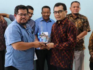 Ketua DPRD Bangka Barat, Hendra Kurniady, SE (kiri) menerima Plakat dari Ketua Yayasan Rahmatan Lil Alamin, Erin Hendrian, SH,MM di Kantor YRLA, Jakarta Timur, (4/5)