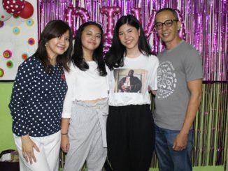 Lies Permana Lestari (kiri) bersama Keluarga saat merayakan Ulang Tahun Putirnya, Diva di YAI, Jakarta, Sabtu (3/11/2018)