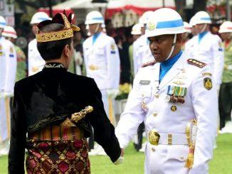 Presiden Jokowi saat menyalami Komandan Upacara Kolonel Laut (P) Hariyo Poernomo dalam upacara peringatan Kemerdekaan Republik Indonesia pada sabtu 17 Agustus 2019. Foto : BPMI Setpres/Muchlis Jr
