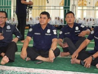Kabid Humas Polda Kalimantan Tengah (dua dari kiri) bersama jajarannya usia menemui tokoh agama di Masjid Al Muhajirin Katingan, Kamis (5/12).