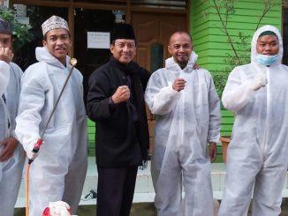Pengasuh Ponpes Alqomaria Kranggan Bekasi KH Abdullah Musfik (tengah baju hitam) didampingi para santri, relawan penyemprotan disinfektan. Foto : Istimewa