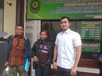 Kuasa hukum dari firma hukum ARS, Ronny Perdana Manullang, S.H (kanan) saat mendampingi ahli waris dalam persidangan di PN Jakarta Utara, Senin 29 Maret 2021. Foto : Hat.